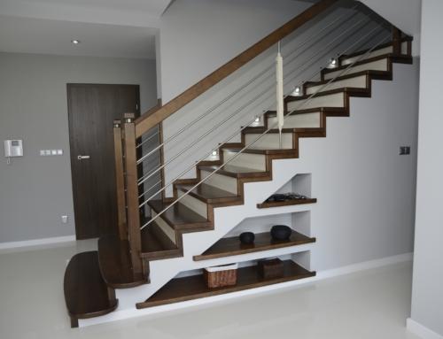 Schody na beton z balustradą poziomą i trzema półkami