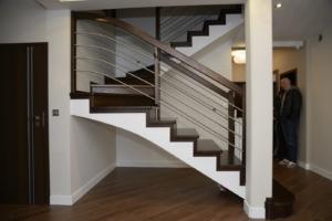 balustrada pozioma w schodach